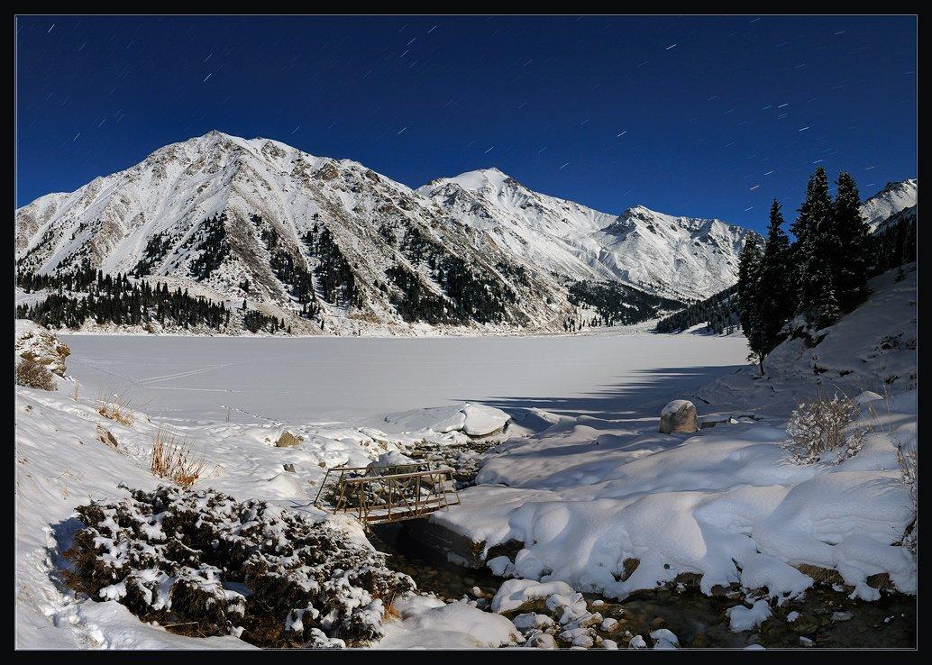 природа,ночь,горы,зима,снег,лес,озеро,вершины,ручей,мостик,тропа,звезды, Андрей Ухов