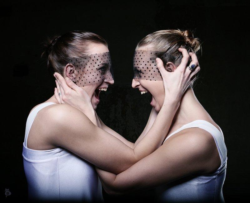 девушки, крик, невозможность молчать, отражение сознание, маски, спор, не удержать, Darn Cat