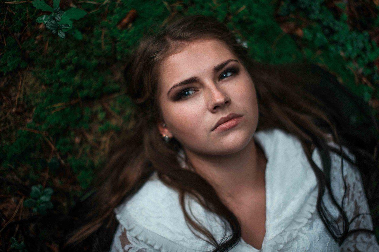 девушка, лежит, мох, зелень, взгляд, глаза, белое, платье, Иванов Юрий