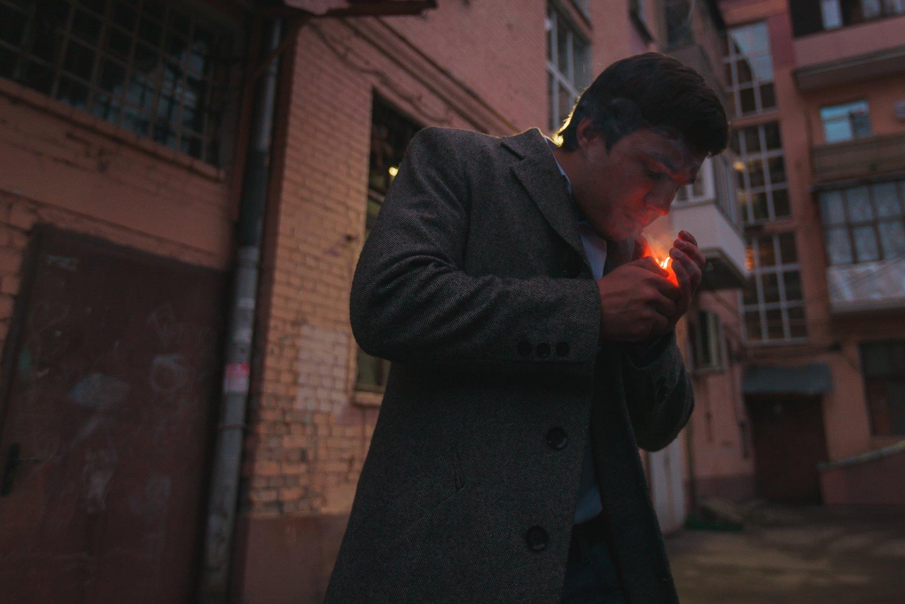 Улица, парень, курит, прикуривает, зажигает, поджигает, композиция, свет, пальто, подъезды, Иванов Юрий