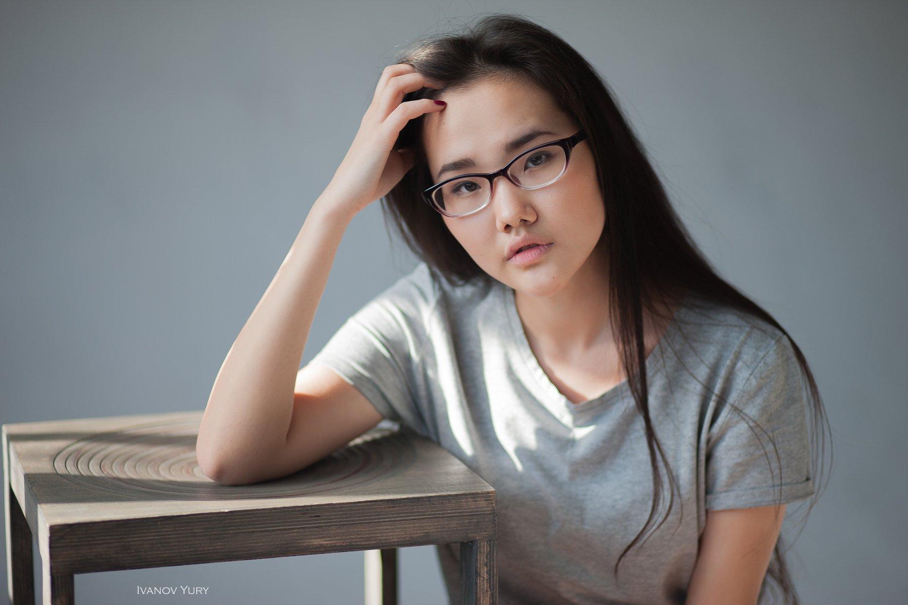 девушка, студия, свет, стул, азиатка, очки, красавица, милая девушка, студия, Иванов Юрий