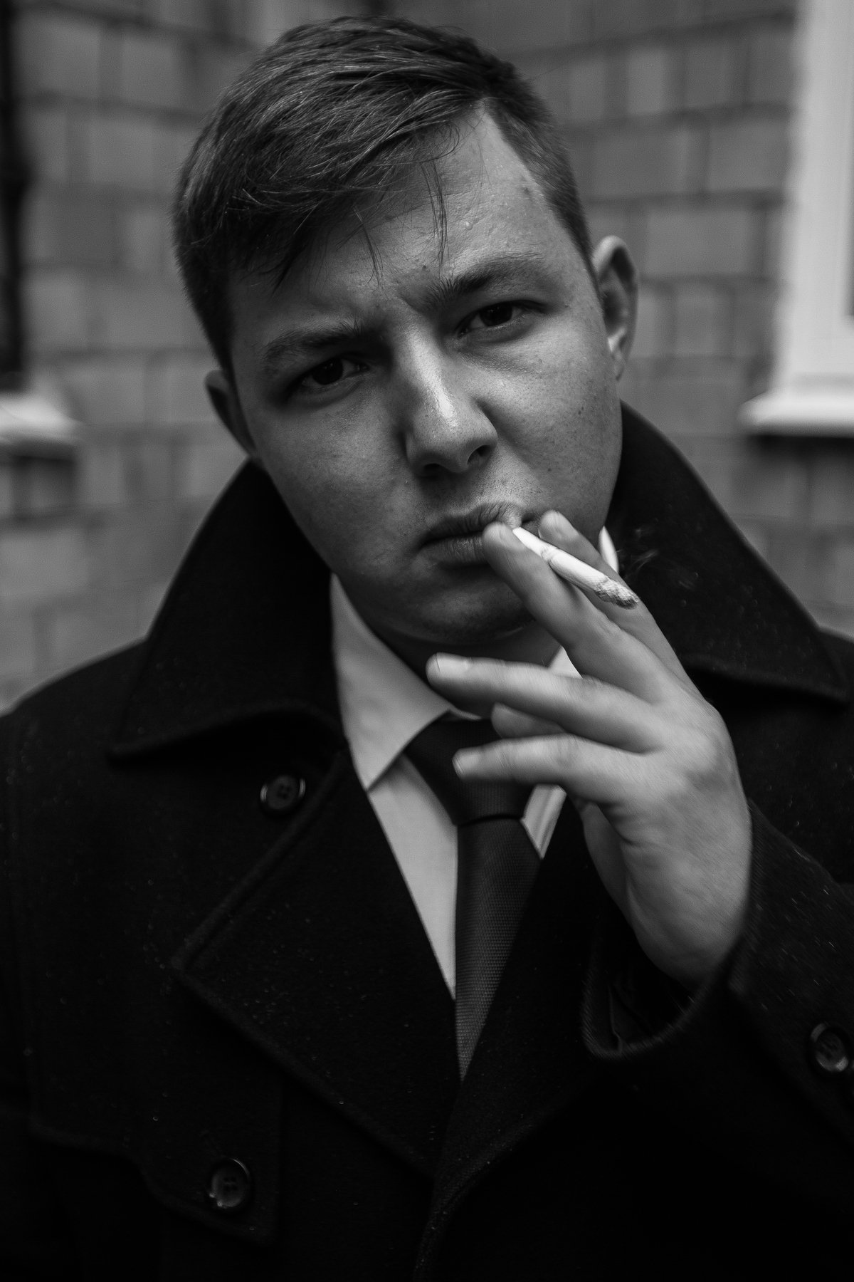 мужик, парень, курит, сигарета, пальто, рубашка, углы, линии, композиция, свет, взгляд, руки,, Иванов Юрий