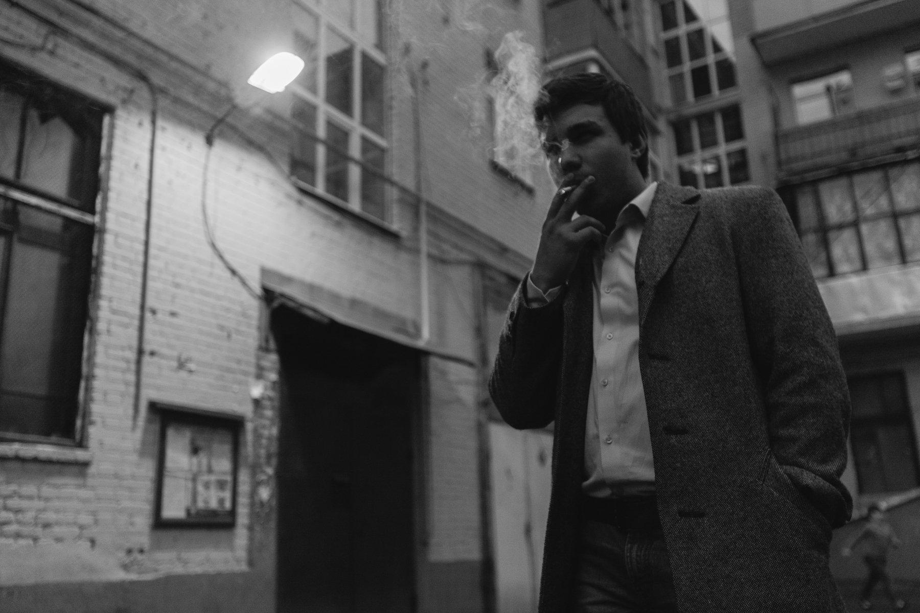 парень, курит, чб, чёрно-белое, фото, свет, контровый, композиция, углы, улица, подъезд, , Иванов Юрий