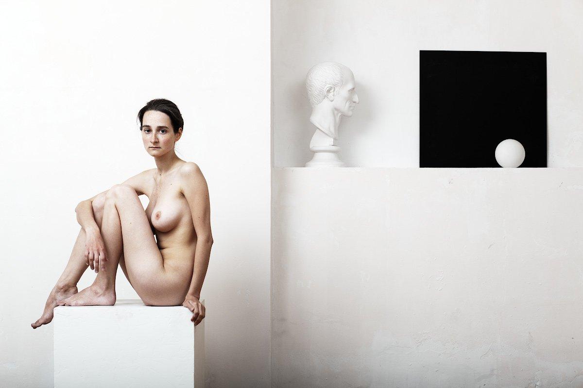 ню, девушка, белая студия, белый куб, черный квадрат, гипсовая голова, Иван Куликов