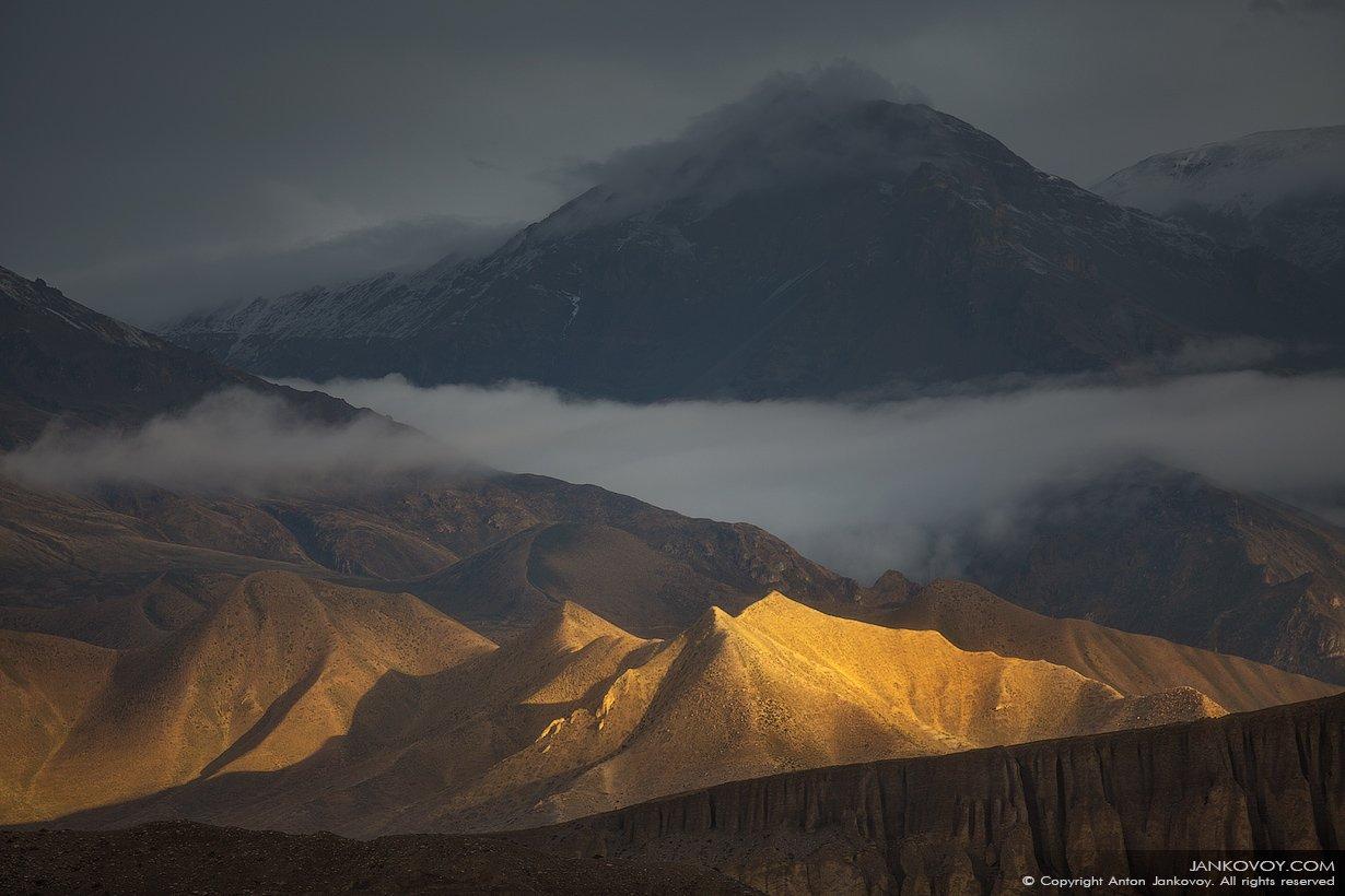 Непал, Гималаи, Верхний Мустанг, долина, свет, солнце, скалы, горы, золото, пустыня, плато, пейзаж,, Антон Янковой (www.photo-travel.com)