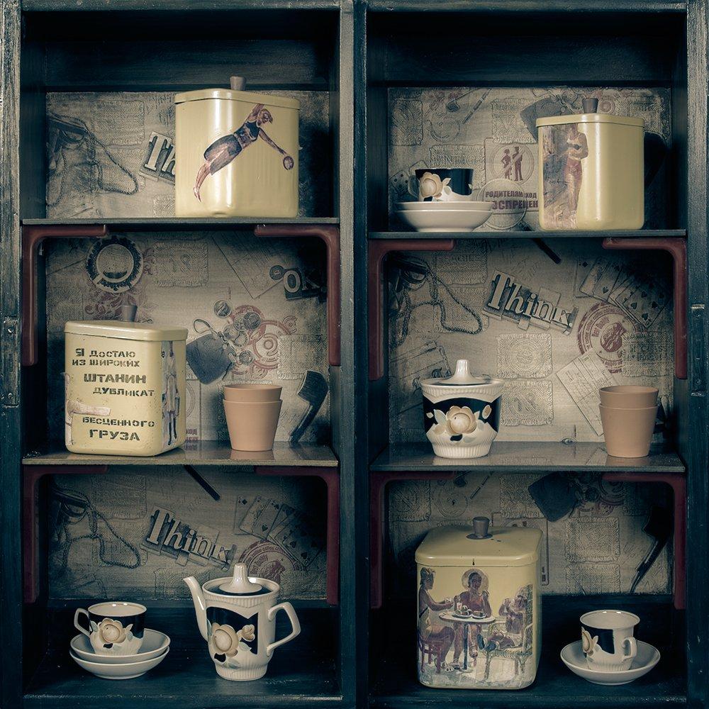предмет, полка, комод, ящик, интерьер, дизайн, проект, ретро, вещи, старые, посуда, чайник, банка, чашка, блюдце, квадрат, Дмитрий Антипов