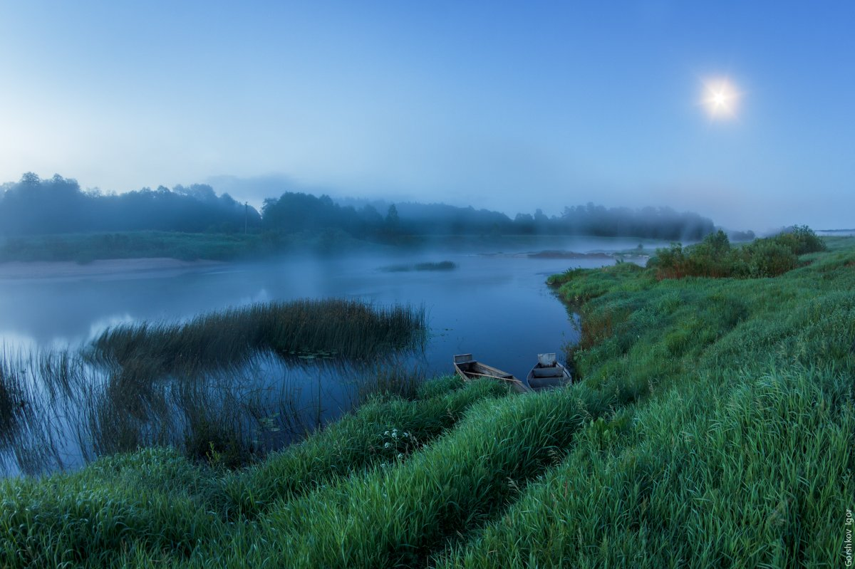 берег, лодки, луна, ночной пейзаж, ночь, пейзаж, полнолуние, река, россия, русский пейзаж, сумерки, трава, туман, угра, утро, Горшков Игорь