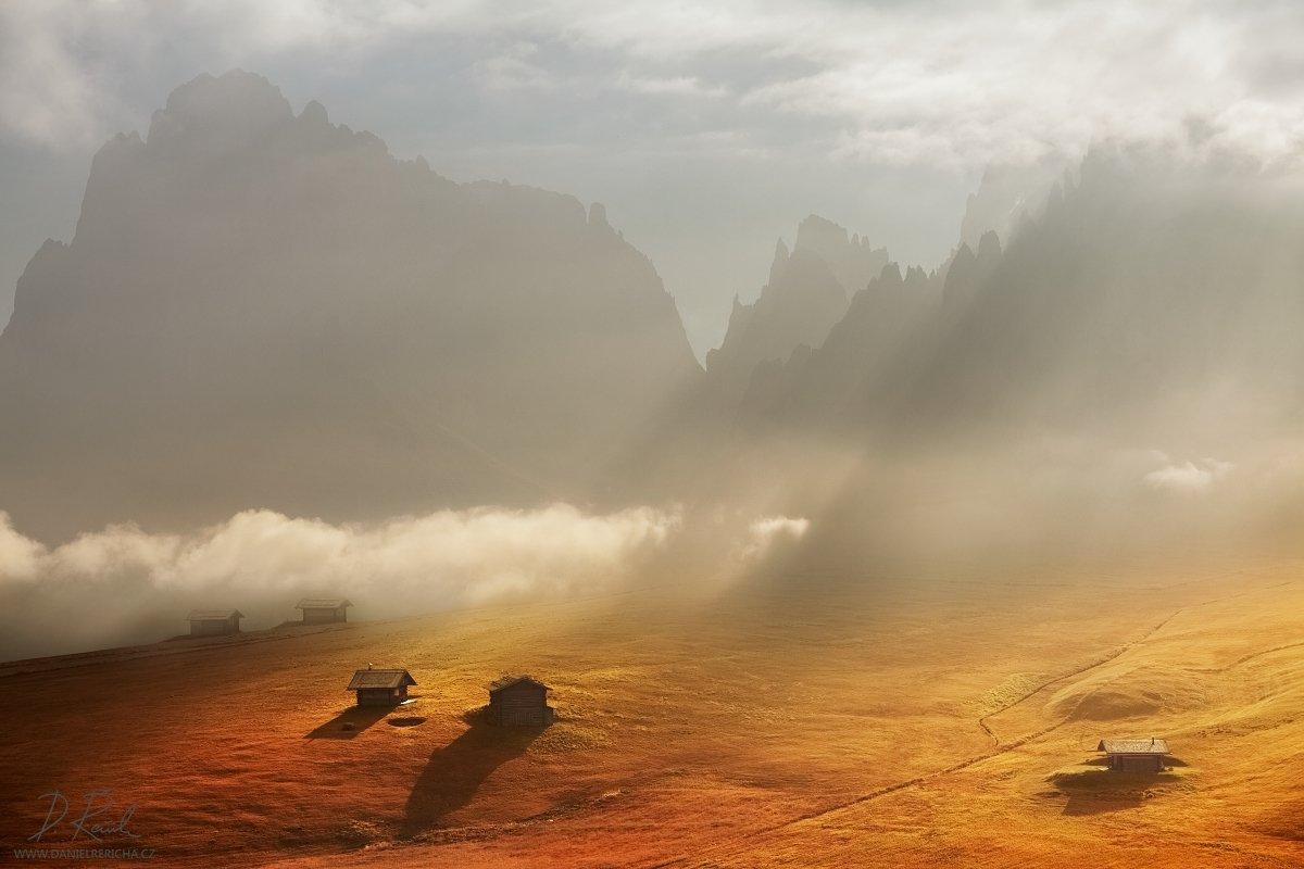 Italy, Dolomites, Alps, Alta Badia, Val Gardena, Sassolungo, Alpe di Siusi, mountains, rocks, peaks, meadow, valley, forest, trees, autumn, morning, sunrise, cottage, House, backlight, sky, clouds, morning light, sun, color photo, landscape, fog, mist, ho, Daniel Rericha