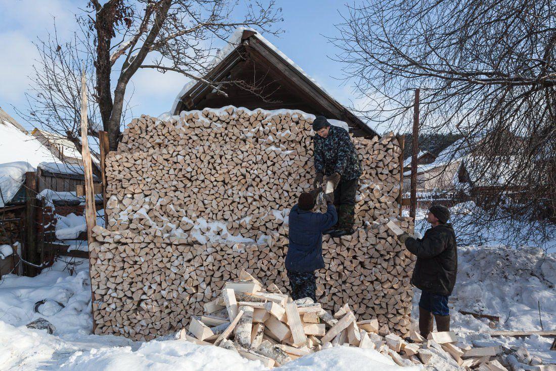 Дрова береза поленья поленница люди избушка зима стройка, Георгий Машковцев