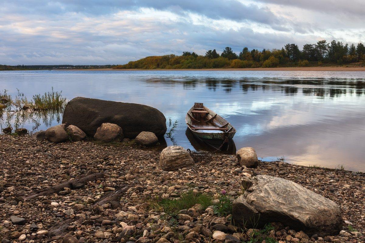 осень река лес камни лодка берег облака, Вера Ра