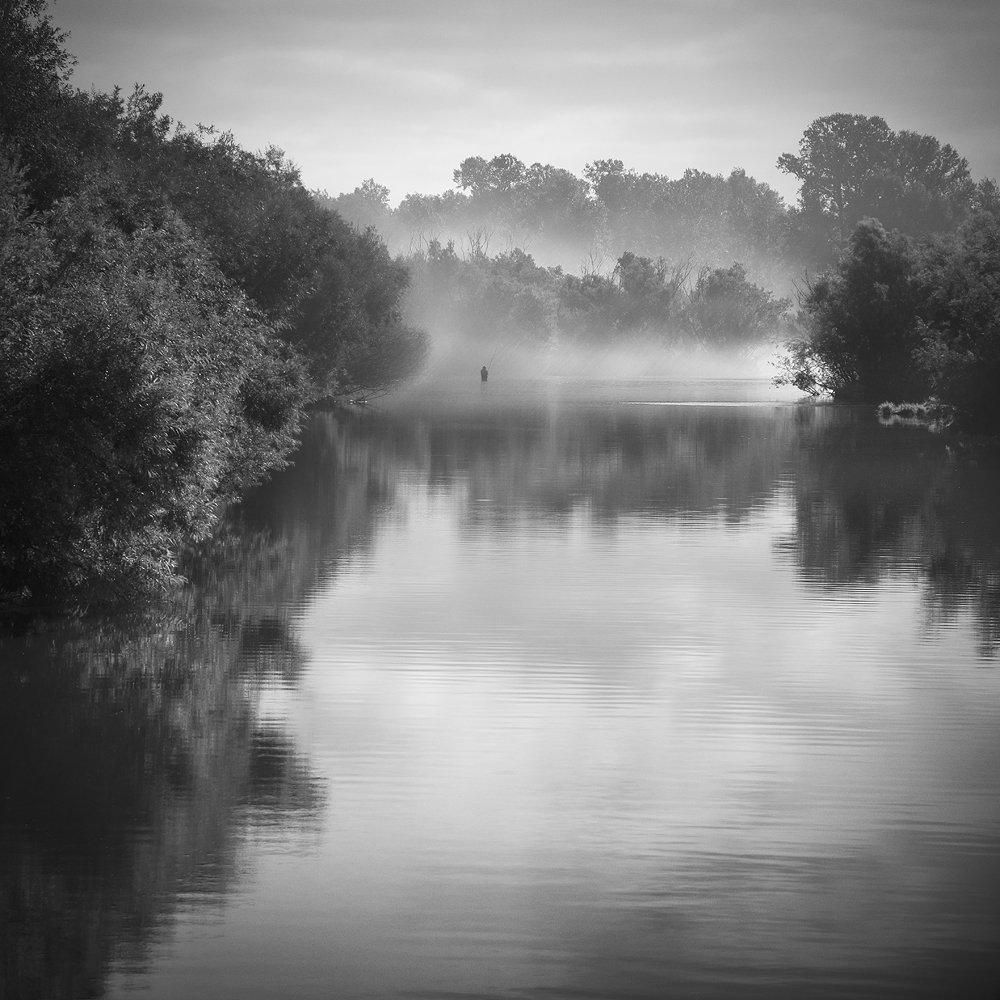 пейзаж, природа, река, туман, утро, раннее, туман, дымка, тихо, спокойно, рыбак, чб, чернобелое, квадрат, течение, Красноярск, Дмитрий Антипов