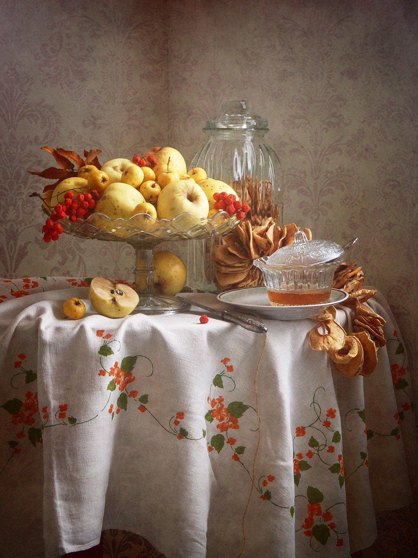 Сельский, натюрморт, желтый, осенний, яблоки, ваз, красный, ягоды, рябина, чашка, мед, льняной, скатерть, интерьер, деревенскй, Николай Панов