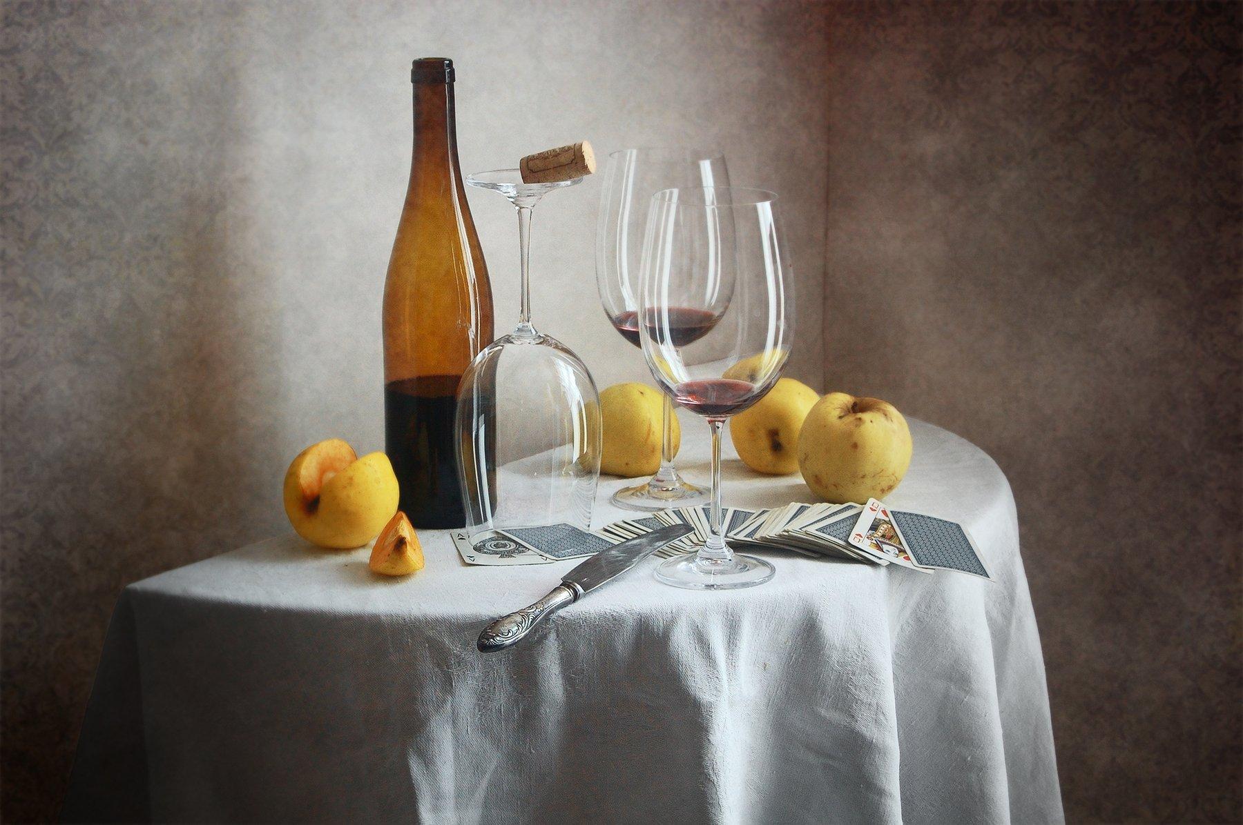 Классический, натюрморт, желтые, осенние, яблоки, бутылка вина, бокал, игральные карты, белый, скатерть, домашний, интерьер, Николай Панов
