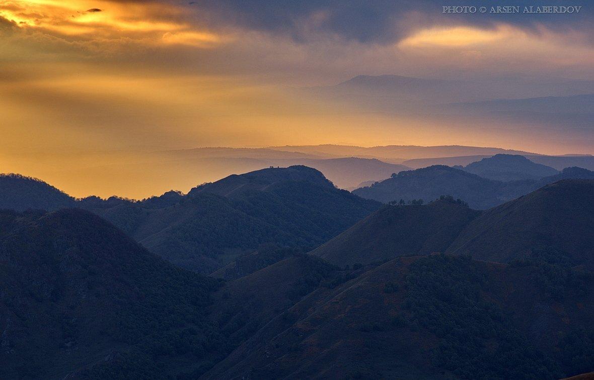свет, вечер, закат, дымка, туман, солнце, холмы, горы, долина, ущелье, перспектива, лес, деревья, облака, небо, карачаев-черкесия, северный кавказ, АрсенАл