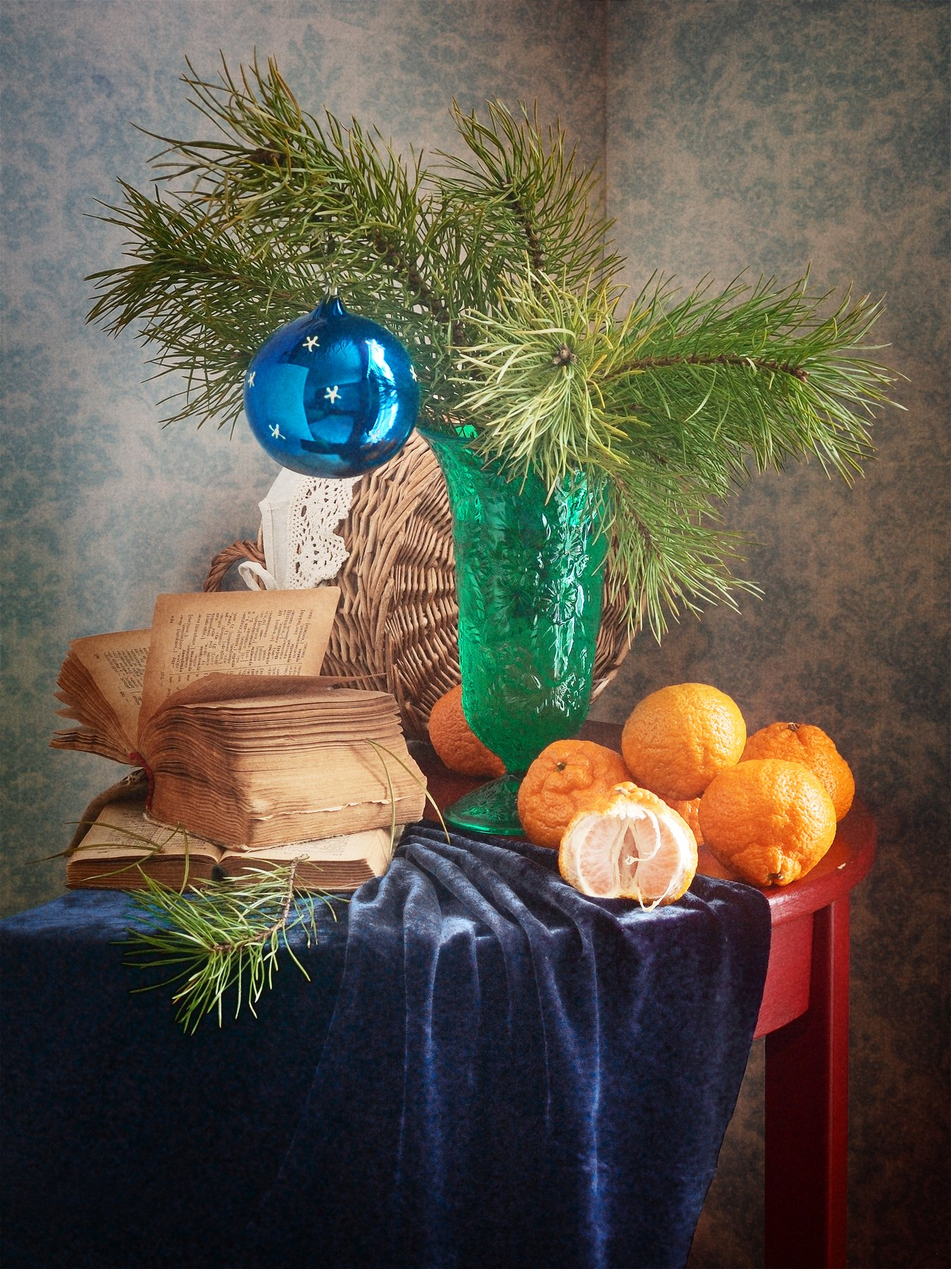 Праздничный, натюрморт, рождественский, букет, сосновый, зеленый, ваза, елочный, стеклянный, шар, свежий, мандарины, старый, книг,а темно-синий, драпировка, домашний, интерьер, оранжевый, Николай Панов