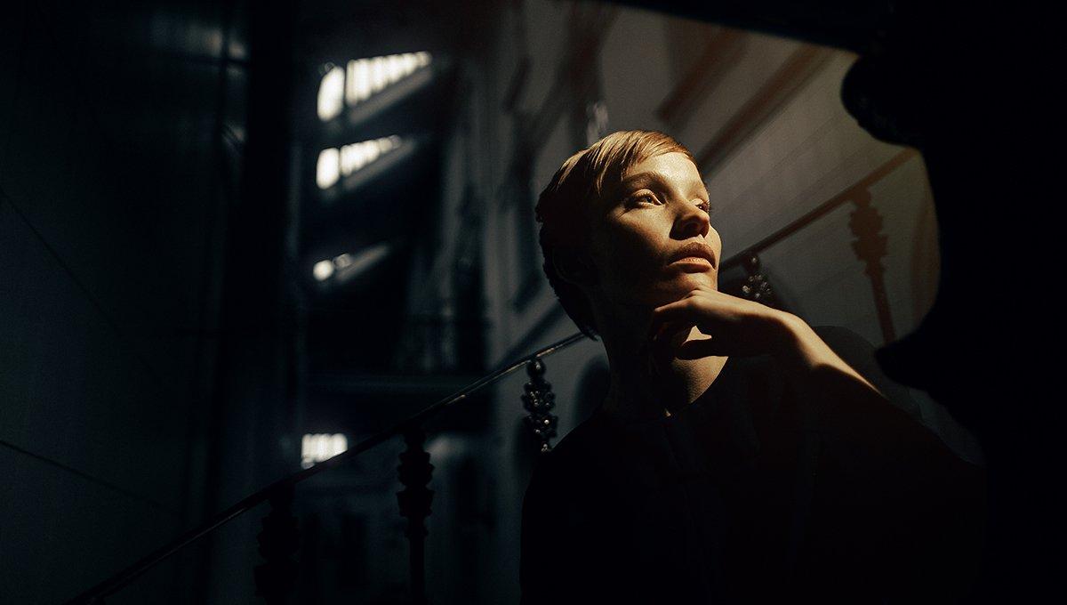 ретро веснушки девушка необычная интересная внешность вокзал желтый свет, Рогожкин Дмитрий