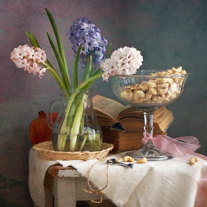 Цветочный, натюрморт, фотография, маленький, букет, розовый, синий, белый, гиацинты, стекло, ваза, кешью, орехи, старые, книги, весна, дом, украшения, Николай Панов