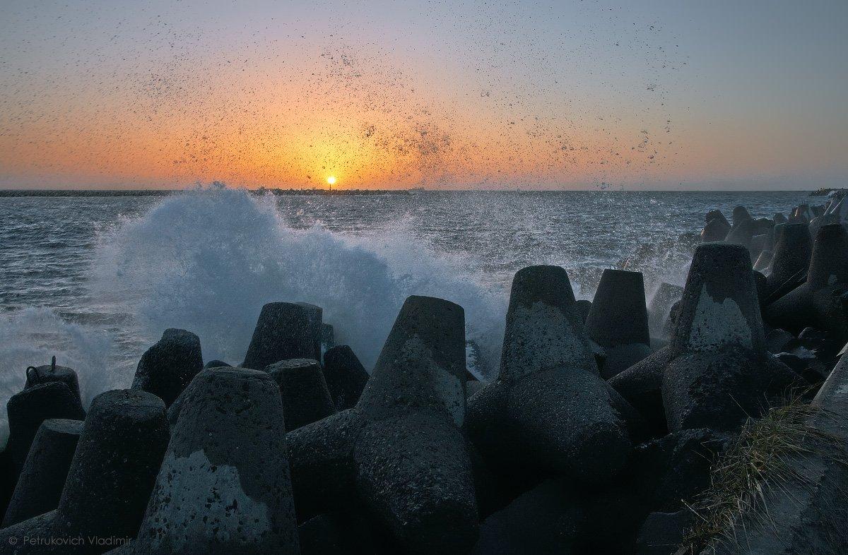 море, Балтийское море, закат, волна, брызги, тетраподы, Владимир Петрукович