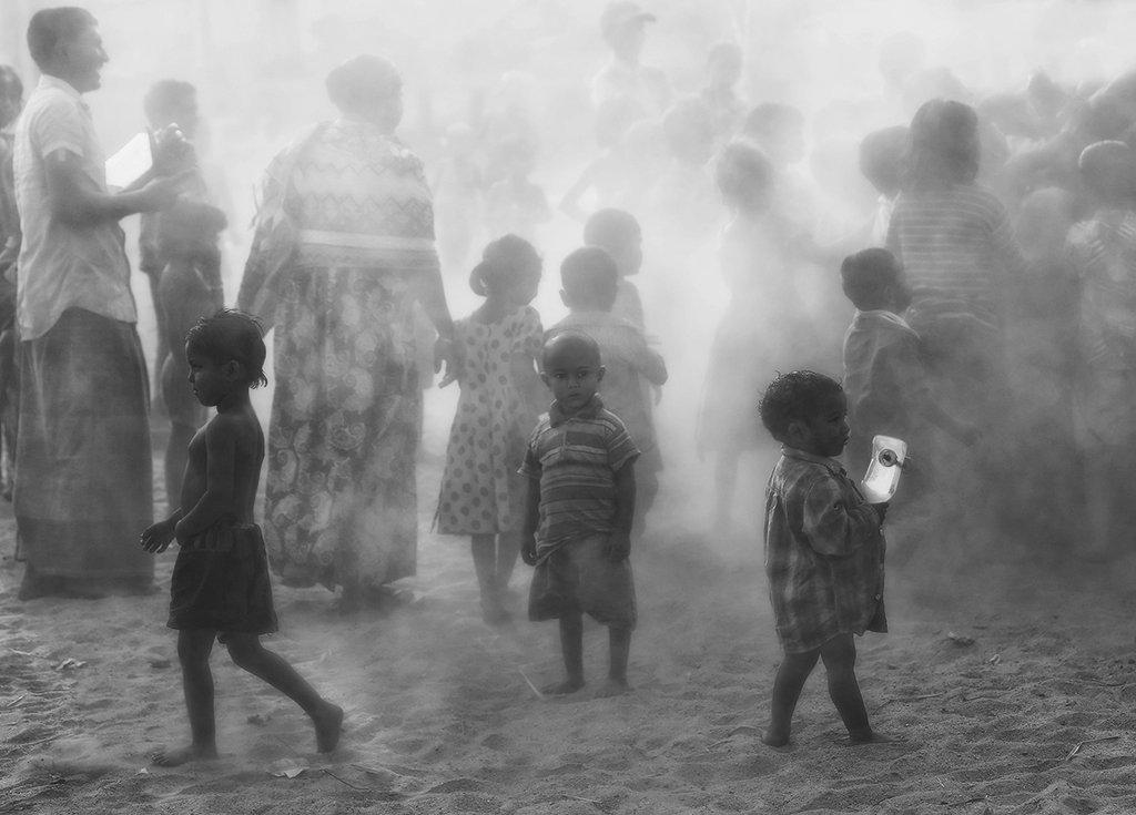 бангладеш, пыль, песок, дымка, грязь, толпа, дети, мальчик, одиночество, Алла Соколова