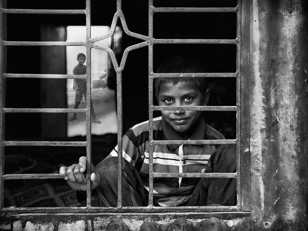 мальчик, решотка, бангладеш, пацан, окно, один, Алла Соколова