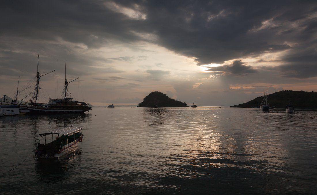 Море лодки корабли острова вечер облака Индонезия Флорес, Георгий Машковцев