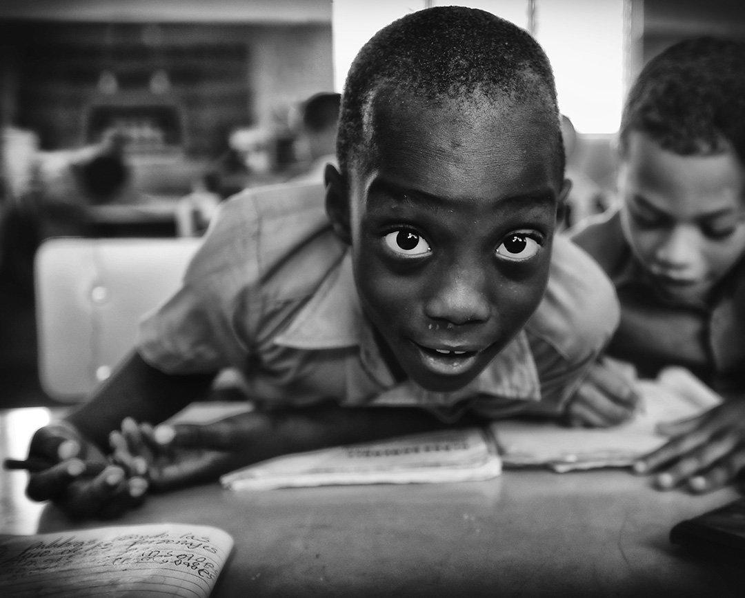 школа, класс, доминикана, мальчики, дети, парта, журнал, окно, свет, учёба, урок, школьник, глаза, Алла Соколова
