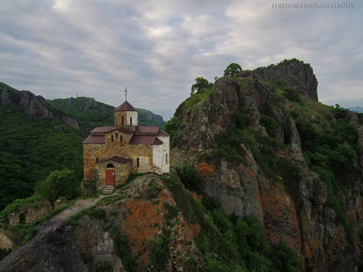 горы, предгорья, хребет, вершины, пики, храм, шоана, монастырь, религия, вера,дрон, квадрокоптер,скалы, холмы, долина, облака, путешествия, туризм, карачаево-черкесия, кабардино-балкария, северный кавказ, АрсенАл