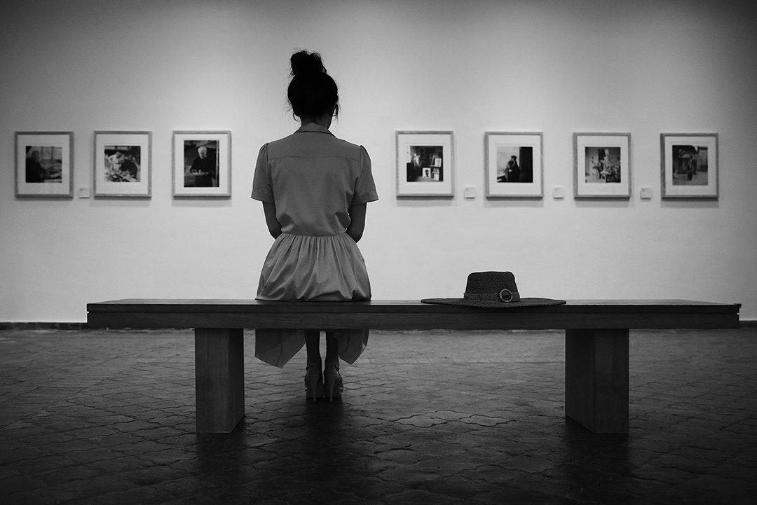 музей, зал, картины, искусство, зритель, ценитель, девушка, скамейка, шляпа, Алла Соколова