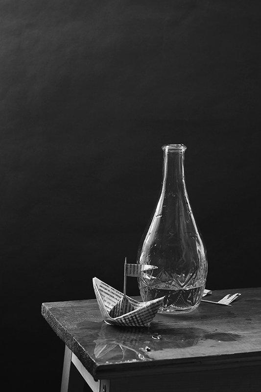 натюрморт, бумажный кораблик, черно-белое, Курочкина Диана