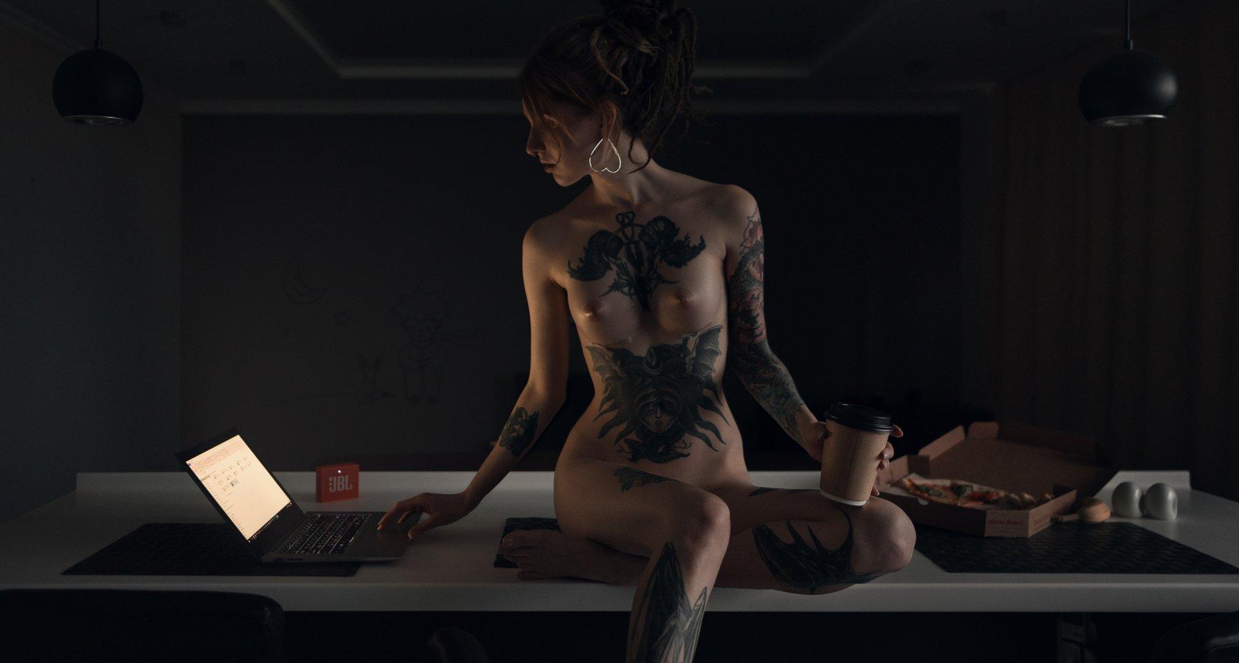 girl, nude, naked, tattoo, kitchen, laptop, notebook, coffee, pizza, spb, saint-petersburg, Роман Филиппов