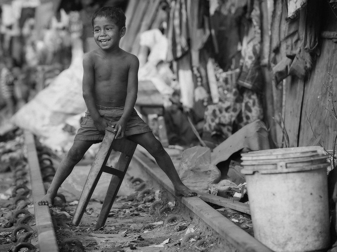 бангладеш, пыль, песок, грязь, мальчик, ведро, мусор, рельсы, босый, вселуха, счастье, улыбка, железная дорога, Алла Соколова