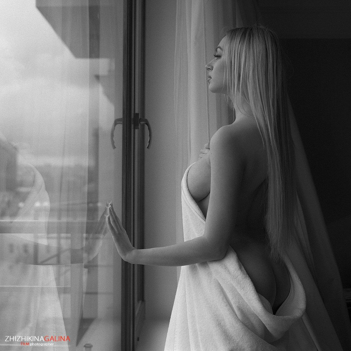 девушка, окно, модель, портрет, жанр, отражение, прикосновение, полотенце, креатив, ню, топлесс, фотография, фотосессия, прикосновение, ч/б, 6х6, m-format, middle, film, b&w, soul, photo, photography, portrait, nature, black, art, nude, artnu, nu, Галина Жижикина
