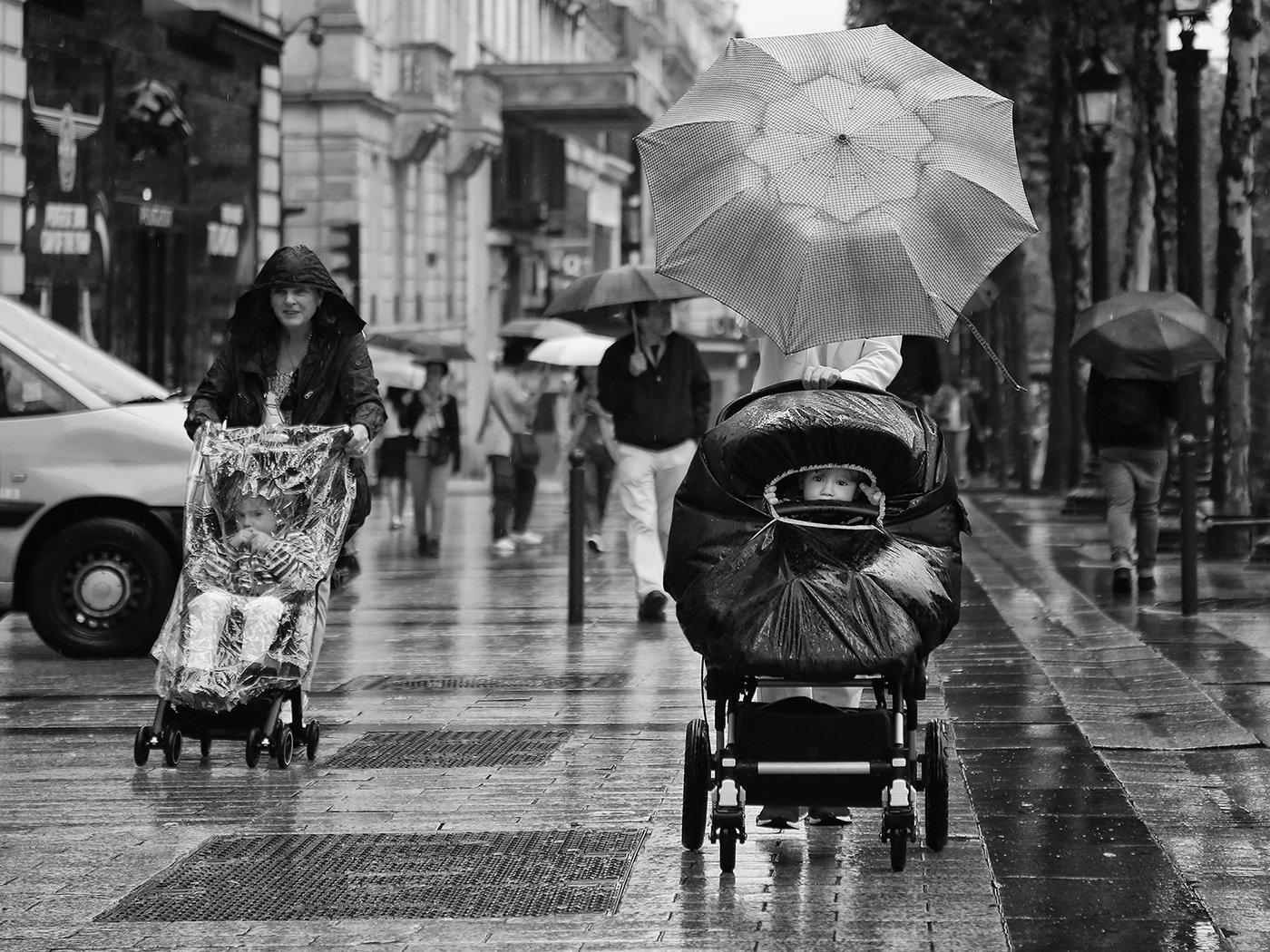 дети, коляска, окно, дырка, проём, зонты, дождь, париж, елисейские поля, улица, прохожие, Алла Соколова