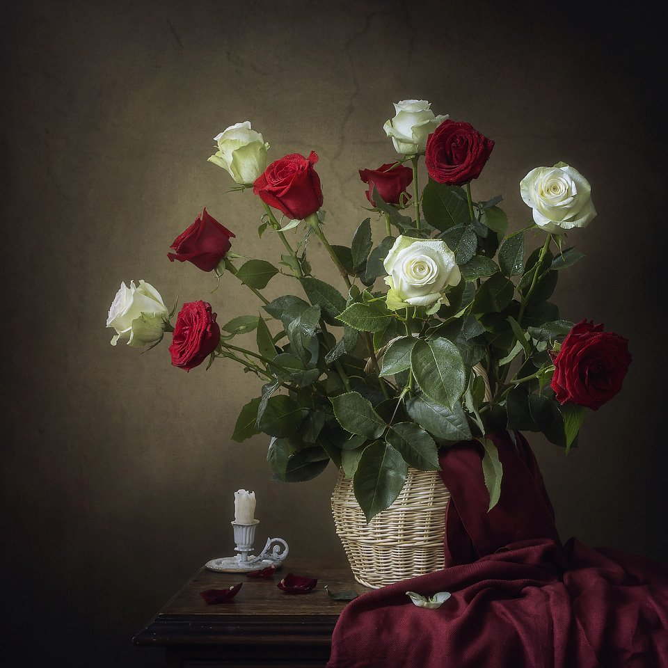натюрморт, лето, цветы, розы, букет, корзина, драпировка, свеча, алые розы, белые розы, Ирина Приходько
