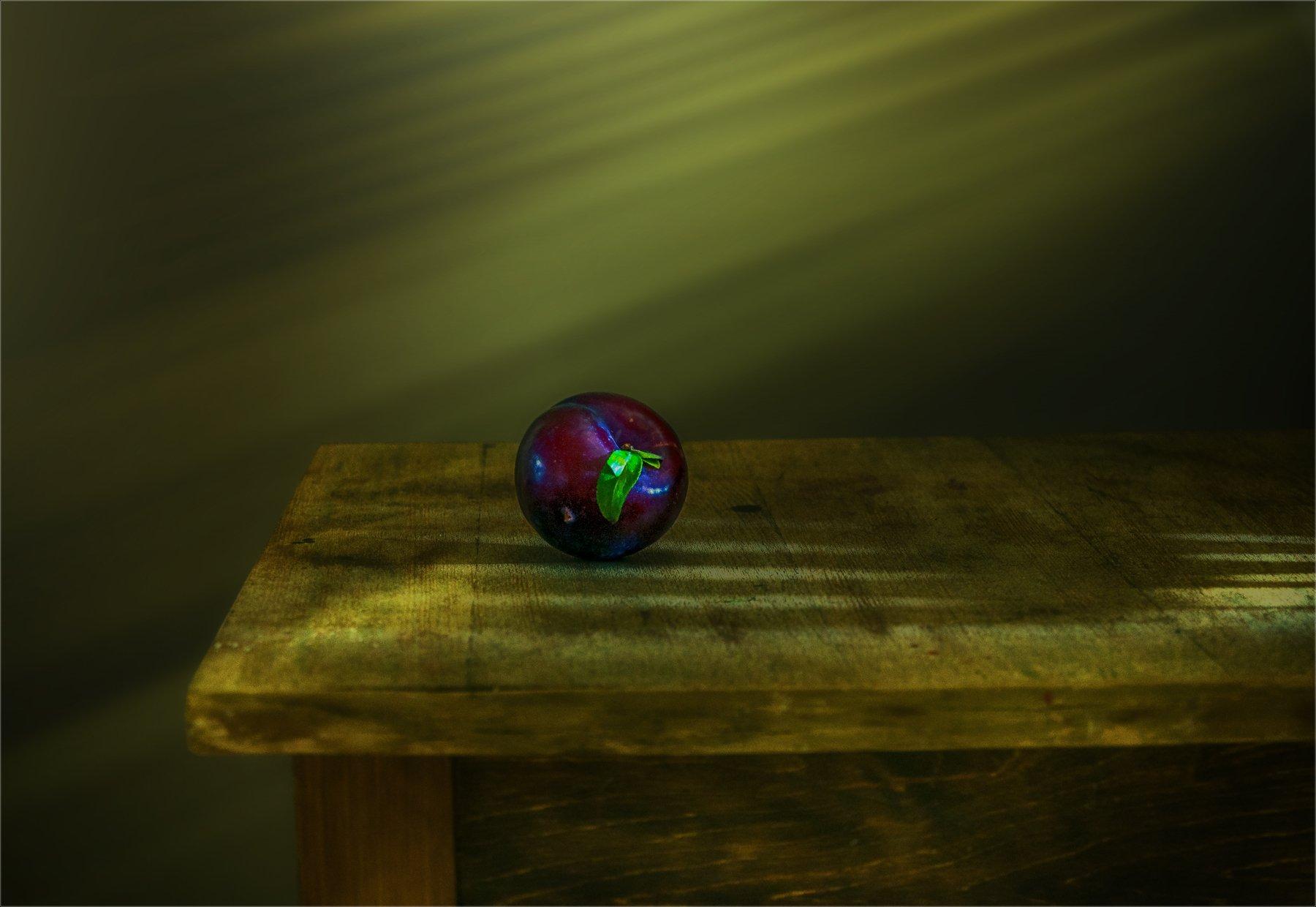 still life, натюрморт,   винтаж, минимализм, слива, фрукты, солнечный свет, солнечные лучи, Михаил MSH