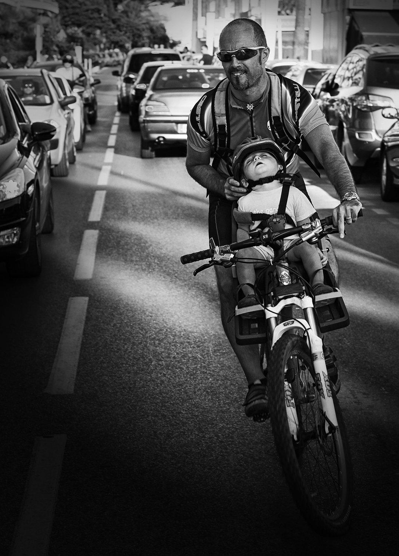 папаша, очки, велосипед, люлька, ребёнок, каска, дорога, спит, спящий ребёнок, машины, лазурный берег, Алла Соколова