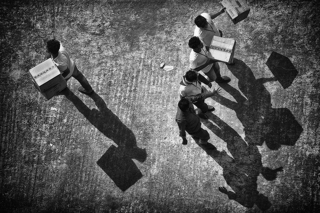 тень, ящик, коробка, вид сверху, ракурс, мужики, прохожие, Alla Sokolova