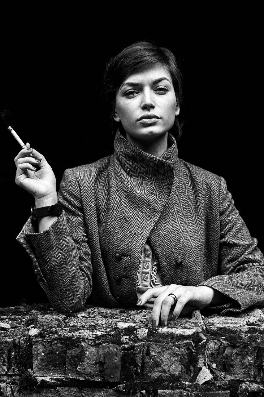 люди, девушка, окно, проем, портрет, сигарета, улица, молодая, взгляд, глаза, поза, текстура, осень, пальто, дым, фотокузница, ivankovale, чб, черно-белое, Ковалёв Иван