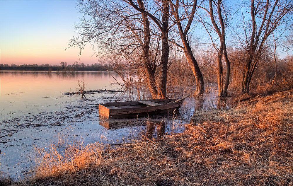 природа, пейзаж, весна. река, берег, лодка, деревья, вечер, закат, Sokolova Tatiana