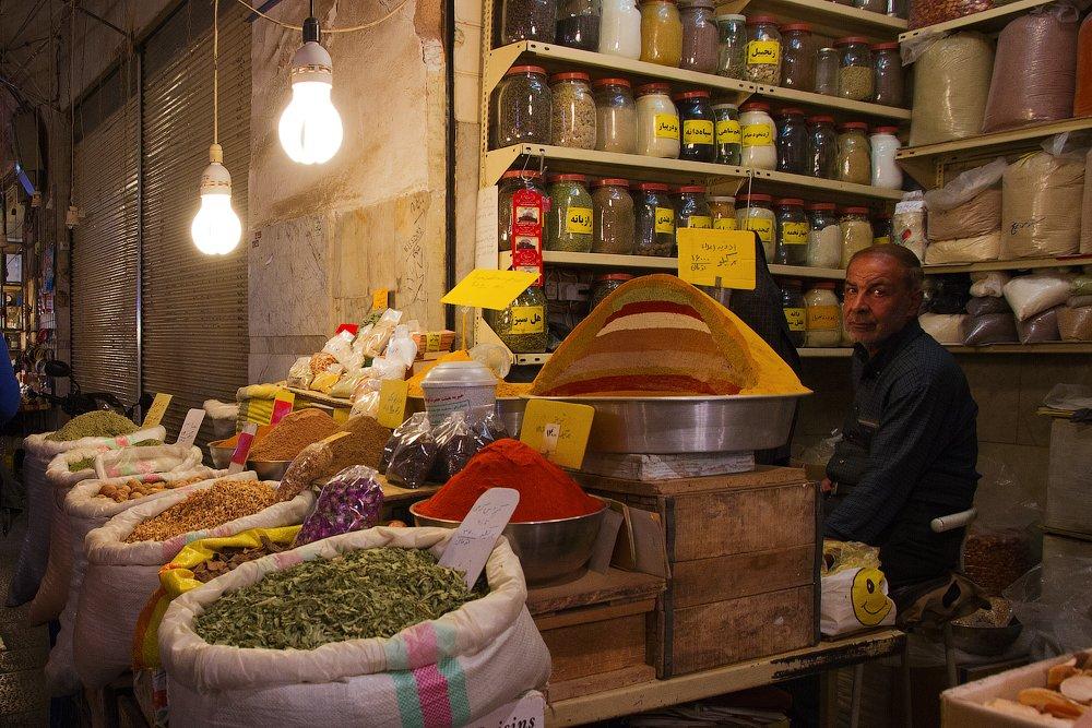 Самый большой и древний иранский базар находится в городе Исфахан. Здесь можно прогуливаться часами, наслаждаясь пряными ароматоми специй и разглядывая многочисленные изделия из керамики, меди, бронзы, серебра, выполненными вручную иранскими мастерами и х, Слащилина Нина