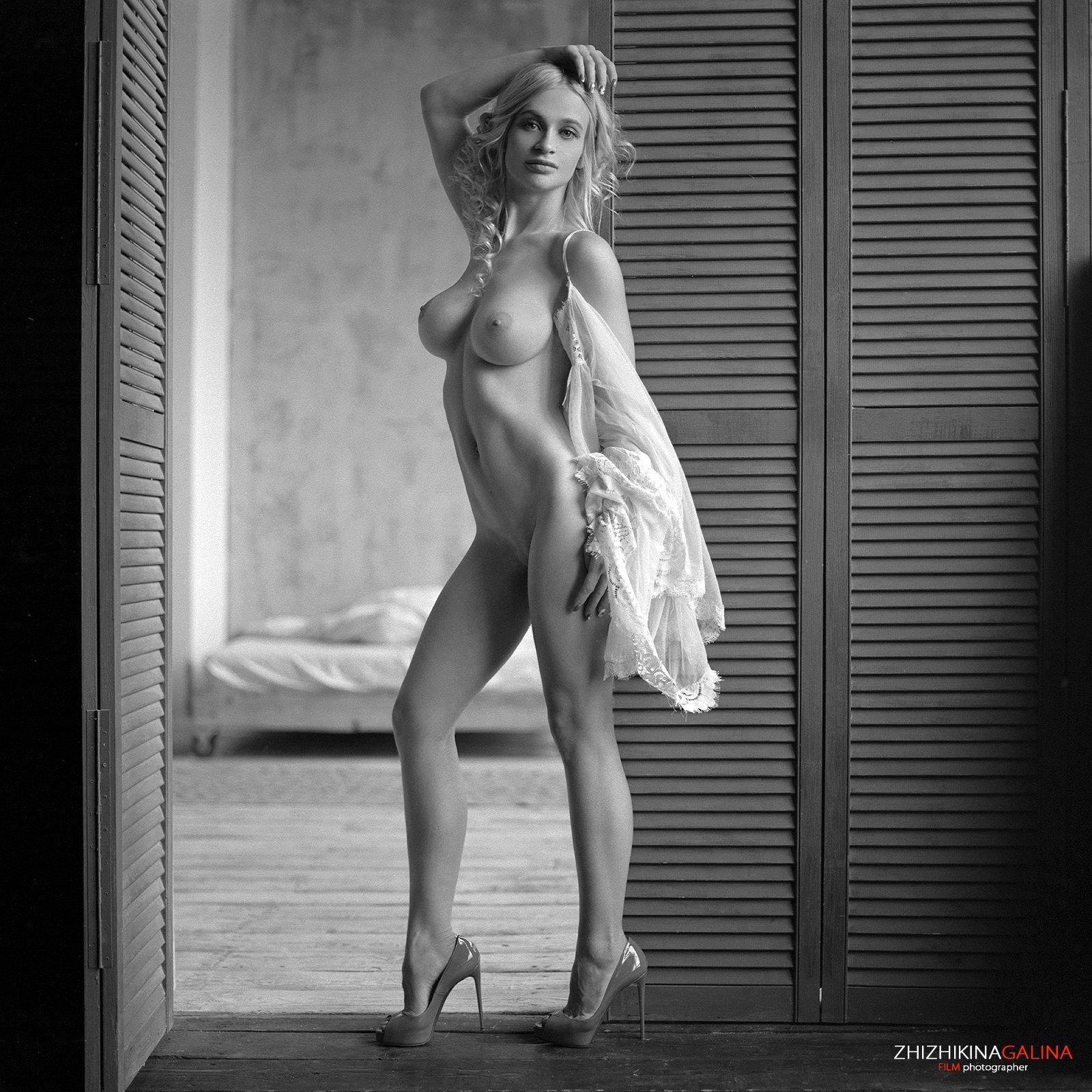 девушка, взгляд, модель, портрет, жанр, глаза, белье, лабутены, ню, топлесс, фотография, фотосессия, прикосновение, ч/б, 6х6, m-format, middle, film, b&w, soul, photo, photography, portrait, nature, black, art, nude, artnu, nu, Галина Жижикина
