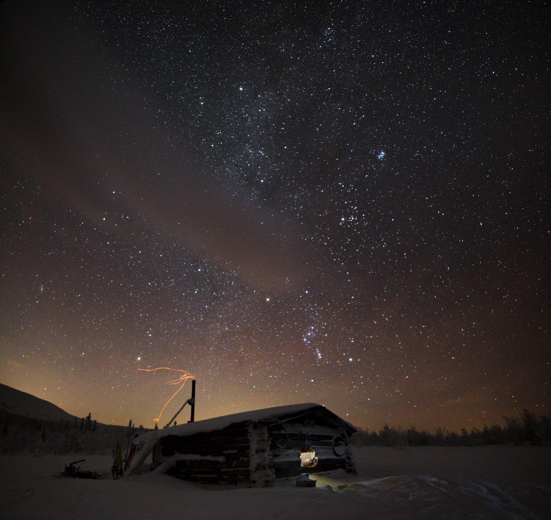 зима, горы, урал, снег, звезды, млечный путь, орион, избушка, окно, свет, восход, луна, облака, романтика, антон селезнев, Антон Селезнев