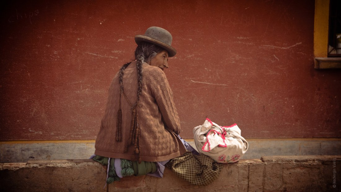 bolivia, woman, америка, боливия, женщина, красное, латинская америка, местное население, портрет, поселок, пустыня, стена, сумка, тетя, этнос, южная америка, Kochergin Valery