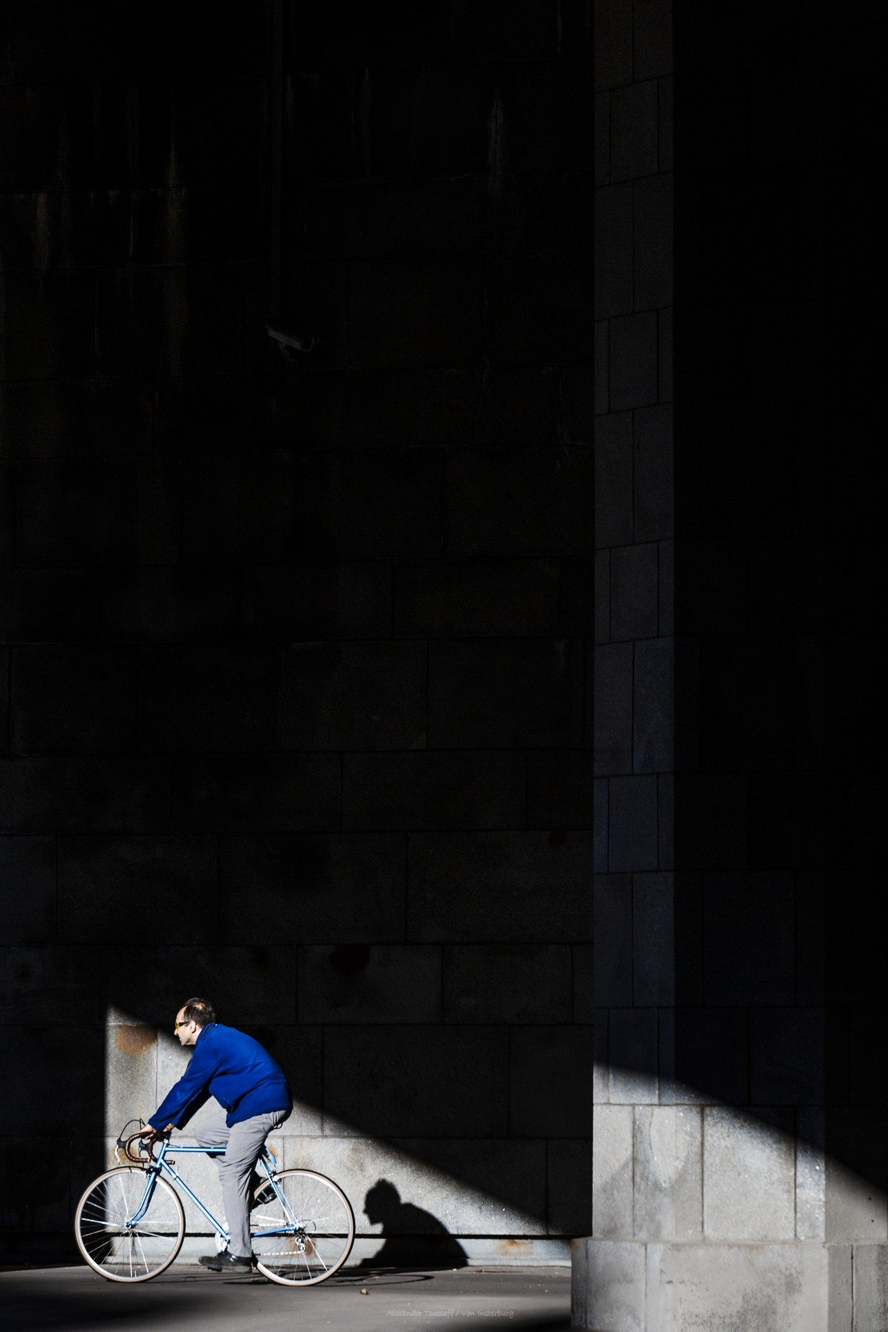 Люди, город, улица, жанр, свет, тени, вечер, велосипед, велосипедист, цвет, синий, минимализм, , АлександрТутаев