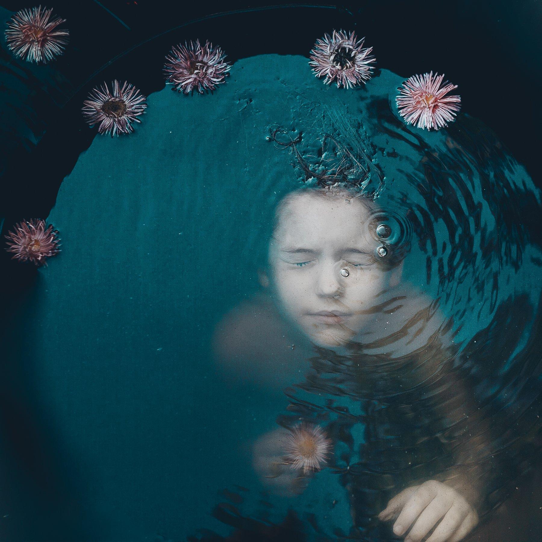 девочка вода цветы темная, Вероника Гергерт