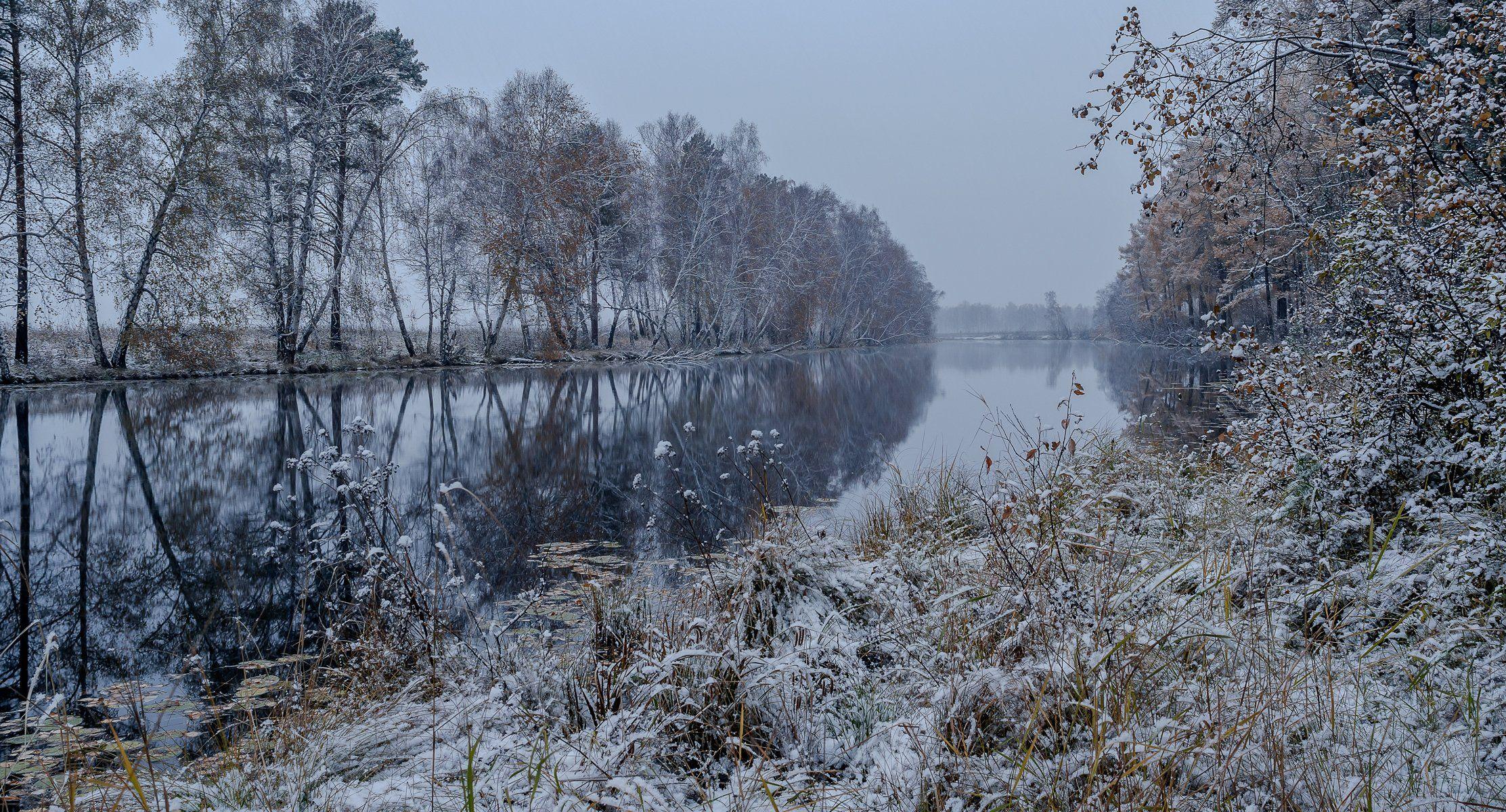 осень,снег,берег озера, деревья отражаются в холодной воде,, Сергей