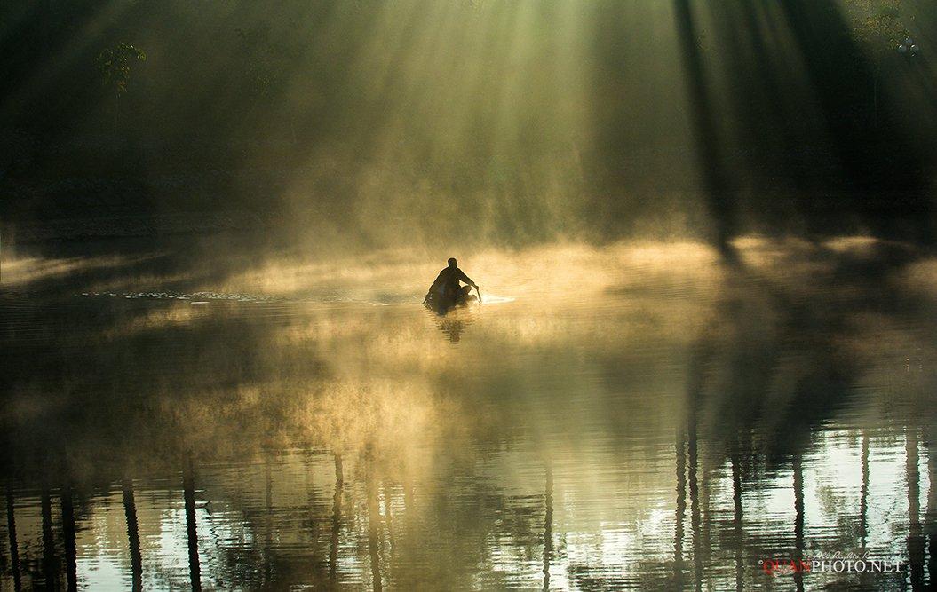 quanphoto, landscape, nature, morning, sunrise, rays, sunlight, fog, foggy, lake, fishing, fisherman, vietnam, quanphoto