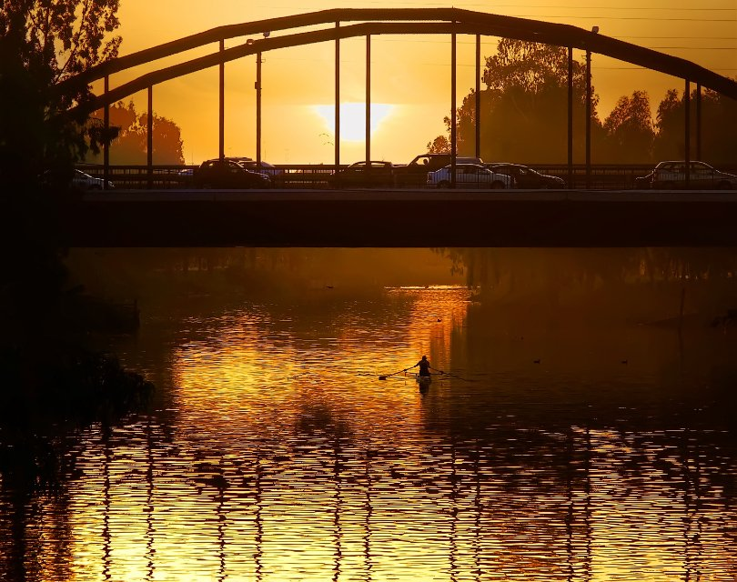 река, город, мост, машины, человек, байдарка, закат, Наталия Протасова