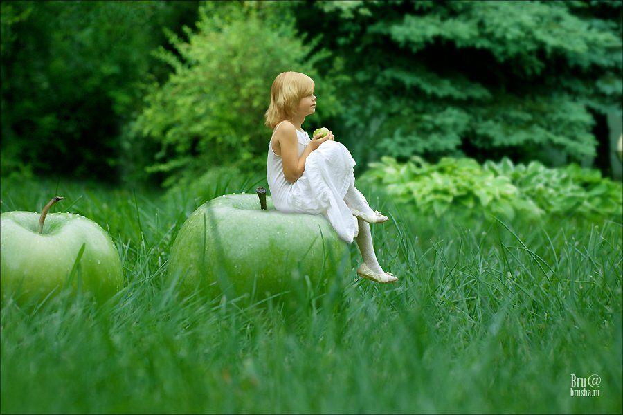 девочка, яблоко, трава, Брушша