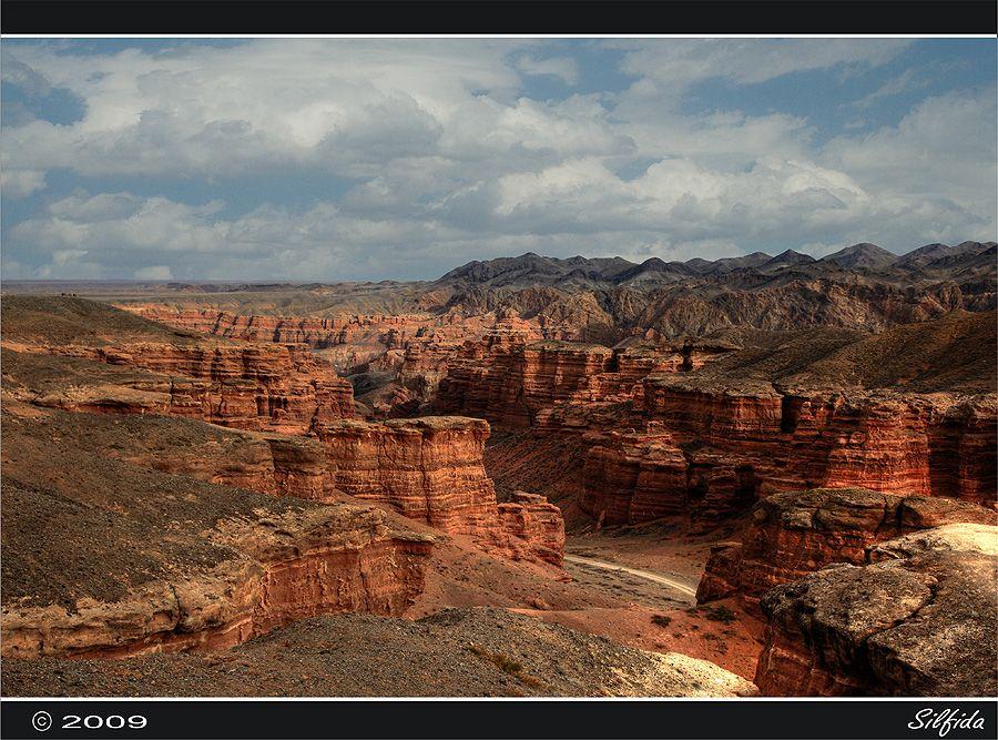 Чарынский каньон является вторым по величине после Гранд каньона в США. Длинна каньона составляет 154 км. Высота песчаных скал 150-300 метров.